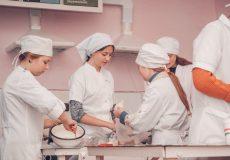 Школярки опановують мистецтво кулінарів