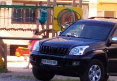 У Шепетівці джип «розвернувся» на дитячому майданчику