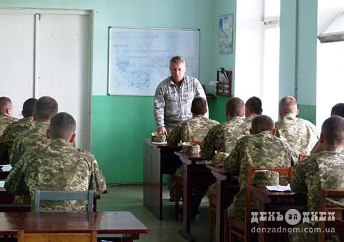 Командир авіаційної бригади зустрівся зі строковиками