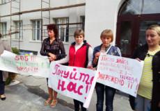 На Шепетівщині батьки учнів зібралися під судом із плакатами