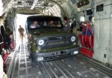 У Старокостянтинові завантажували наш «УАЗик» на американський транспортник