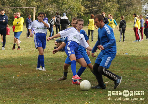 У Вишневому зіграли у жіночо-чоловічий футбол