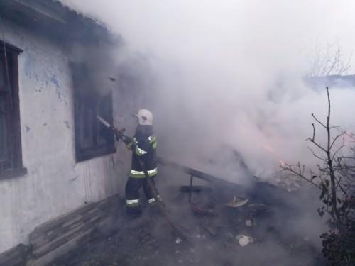 В Ізяславі врятували будинок, у який невідомі запустили червоного півня