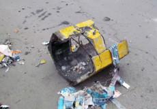 У Шепетівці зловмисники знову розтрощили бетонну урну