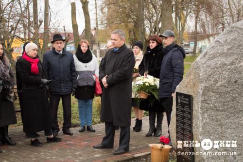 У Шепетівці поклали квіти до пам'ятного знаку на Алеї слави