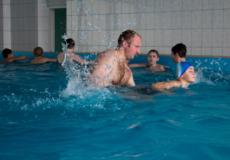 Вперше школярі міста опановують навчальний модуль із плавання у басейні
