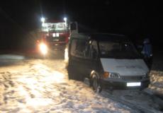 Полонські рятувальники відбуксирували автомобіль що з'їхав у канаву