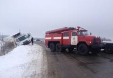 У Славуті рятувальники витягли легковик із снігового замету
