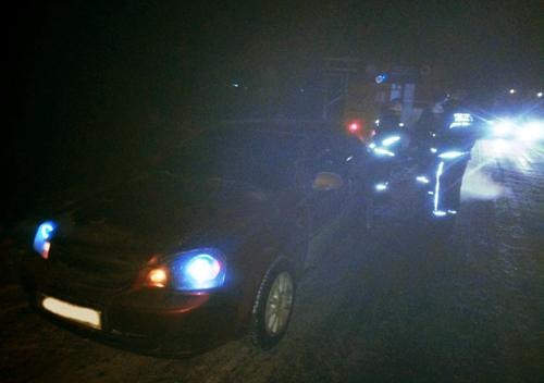Шепетівські рятувальники витягли автівку зі снігового замету
