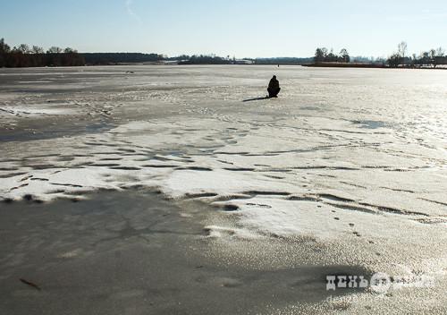 У Шепетівському районі рибалок не зупиняє тонка крига