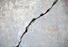 У Полонному через тріщину в стіні судяться сусіди