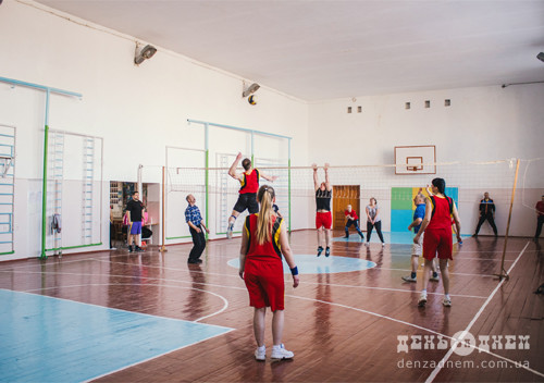В перший день канікул вчителі зіграли у волейбол