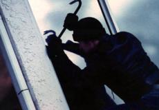 На Хмельниччині серійний крадій окрім техніки виніс з будинку ще й постіль та ковдри
