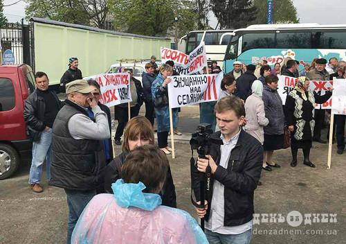 Селяни протестують під стінами «Старокостянтинівського молочного заводу»
