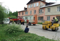У Шепетівці під час ремонту доріг «закатали» велосипед