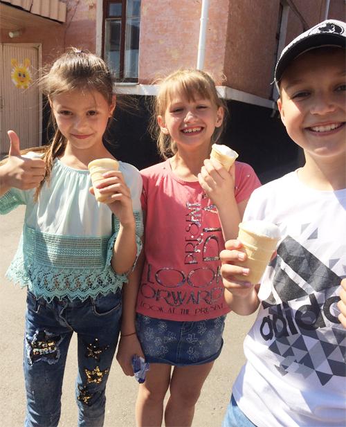 На урочистому відкриті пришкільного табору учні ласували морозивом