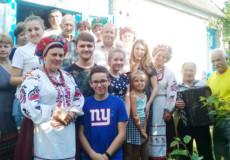 У Шепетівському районі ансамбль «Калина» привітав 90-річного ювіляра