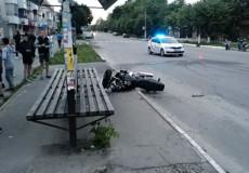 У Шепетівці внаслідок ДТП мотоцикл влетів у автобусну зупинку