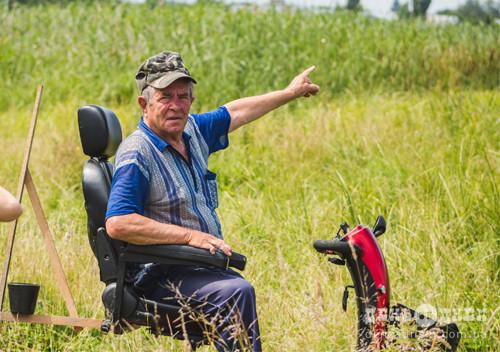 На Шепетівщині лебідь у ставу потерпає від пастки браконьєрів