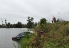 Під час ДТП на Шепетівщині «Ауді» злетіла у ставок