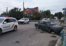 У Шепетівці поки леді за кермом «Ауді» пропускала пішоходів, її авто протаранив «Жигуль»