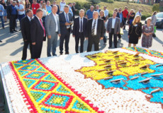 Із 8700 мафінів у Хмельницькому виклали найбільший в Україні коровай