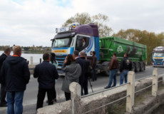 Обмежувальні дорожні знаки та ваговий контроль — вимагали селяни встановити на щойно відремонтованій дорозі