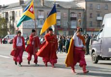 У Шепетівці пройшли колонами козаки, військові та учні