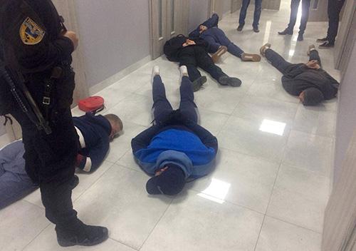 Шепетівські поліцейські взяли під варту 29 учасників рейдерського захоплення офісу «Сварог Вест Груп»