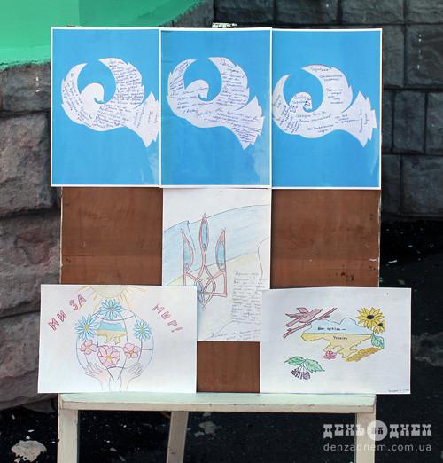 Шепетівські учні передали вітальні листівки на передову