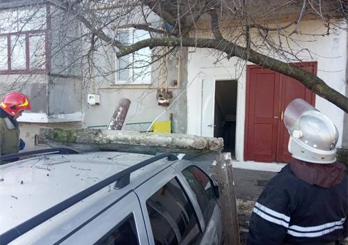Водій невдало припаркував автобіль та зніс парапетну плиту будинку