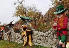У Славуті паркан житлового будинку оздобили казковими персонажами