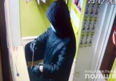Мешканцю Нетішина, який напав на продуктовий магазин та ломбард, повідомлено про підозру