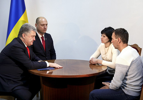 Президент зустрівся з рідними захопленого в російський полон шепетівчанина