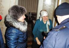 Шепетівські рятувальники допомогли пенсіонерці потрапити у квартиру