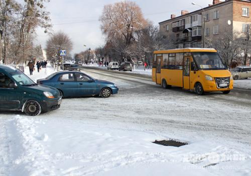 У Шепетівці комунальники розчищають дороги та тротуари