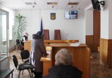 Суд з'ясує, чому в Шепетівці гальмується розгляд справи проти поліцейського, який побив пенсіонера на очах у внуків
