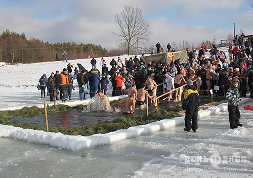 Мешканці Шепетівщини освятили воду на водоймищах та у храмах