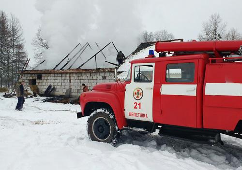 Шепетівські вогнеборці долучилися до гасіння пожежі в Яблунівці