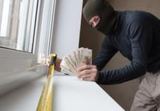 На Хмельниччині шахрай-гастролер вмовив 3 пенсіонерів встановити металопластикові вікна