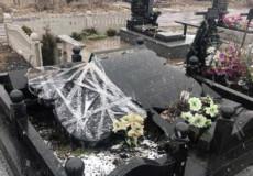 На міському цвинтарі у Шепетівці буревій пошкодив пам'ятники