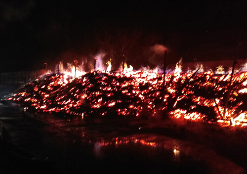 На Хмельниччині згорів склад деревного вугілля