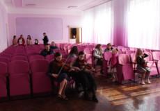 У міському Будинку культури з'явилися 99 рожевих стільців