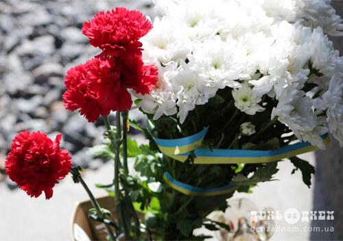 До пам'ятної дошки Героям Чорнобиля у Шепетівці принесли квіти