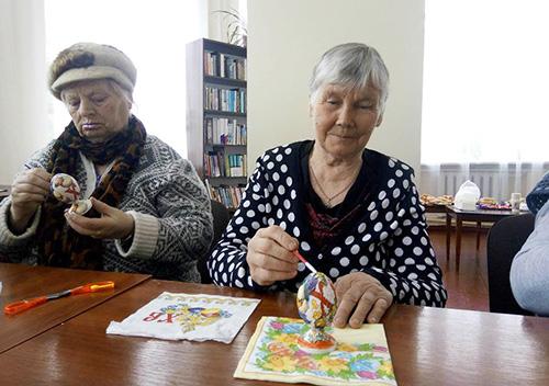 У Шепетівці активні пенсіонери декорували яйця у стилі декупаж