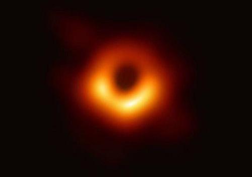 Вчені вперше показали фото горизонту подій чорної діри