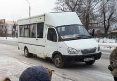 Жінка, що в Шепетівці випала з маршрутки під час руху, досі перебуває у комі