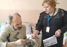Чоловік, що 20 років жив без документів, отримав паспорт у Шепетівці
