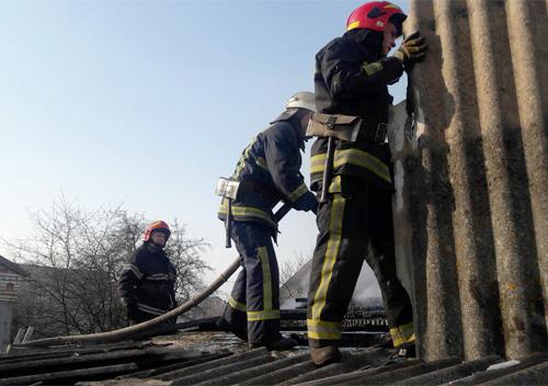 Шепетівські рятувальники запобігли перекиданню вогню з сараю на будинок