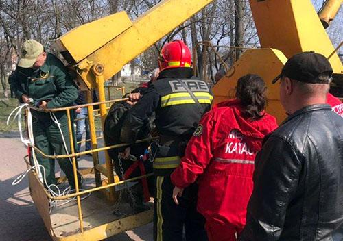 Шепетівські надзвичайники врятували чоловіка з даху будинку